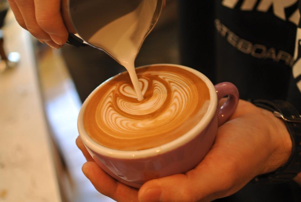 How to pour latte art